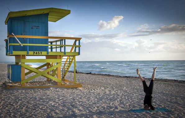 Zweimal täglich gegen eine freiwillige Spende: 3rd Street Yoga am Strand von South Beach. (Foto GMCVB)