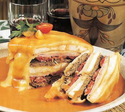 Köstlichkeit aus Porto: Die  francesinha – ein mit Käse überbackenes und Sauce überzogenes Sandwich mit unzähligen Varianten an Füllungen.