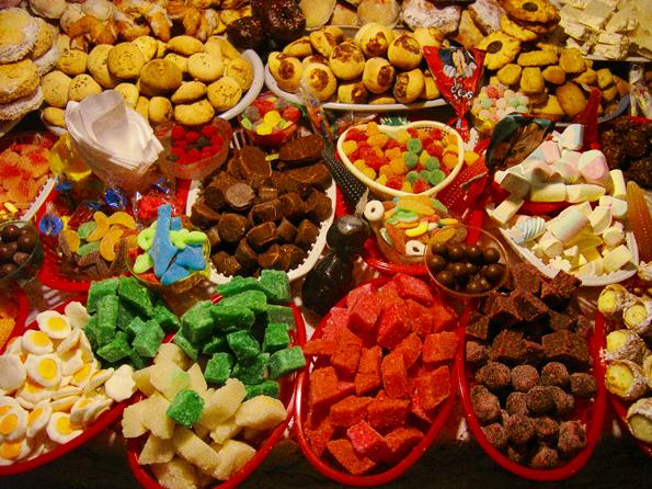 Zahlreiche Süßigkeiten kommen während der Fronleichnamsfeierlichkeiten unters Volk. (Fotos Turismo Cuenca)