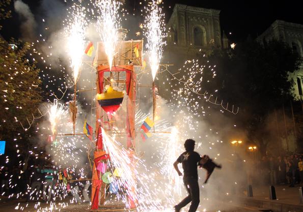 Mit schillernden Prozessionen, bunten Feuerwerken und ganz speziellen Feiertags-Süßigkeiten wird in Cuenca Fronleichnam begangen.