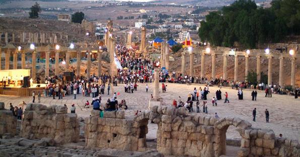 In den Abendstunden wirkt die Ausgabungsstätte von Jerash fast noch faszinierender.