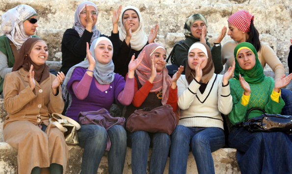 Nicht nur Jordanierinnen zeigen sich angesichts des zweiwöchigen Kulturprogramms begeistert. (Foto: Karsten-Thilo Raab)