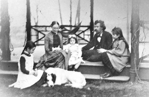 Mark Twain und seine Familie auf der Veranda seines Hauses in Hartford im Jahr 1885. (Foto Mark Twain House)
