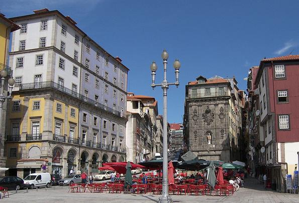 Portos malerische Altszadt - hier die Praca da Ribeira - steht als Weltkulturerbe unter dem Schutz der Unesco.