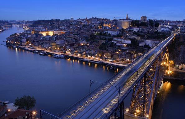 Die Lage am Douro vor dessen Mündung in den Atlantischen Ozean verleiht Porto maritimes Flair.