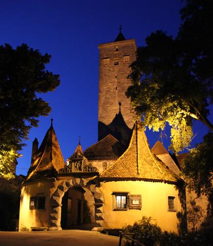 Neben der Stadtmauer sind es vor allem auch die Stadttore, die Rothenburg ob der Tauber ein mittelalterliches Flair verleihen. (Foto: Karsten-Thilo Raab)