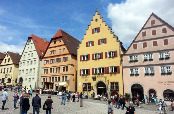 Prachtfassaden säumen den schmucken Marktplatz in Rothenburg ob der Tauber. (Foto: Karsten-Thilo Raab)