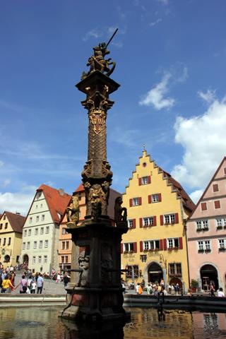 Viel beachtetes Wahrzeichen: Georgsbrunnen in Rothenburg ob der Tauber. (Foto: Karsten-Thilo Raab)
