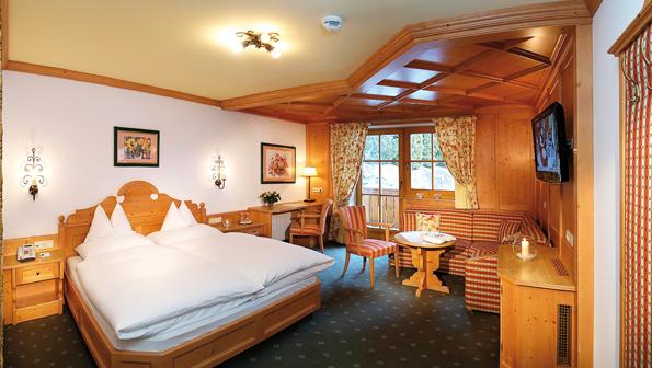 Die großzügigen Zimmer im Superior Hotel Tannenhof bestechen durch alpinen Charme.
