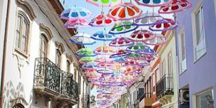 Ein Himmel hängt voller Regenschirme in Águeda