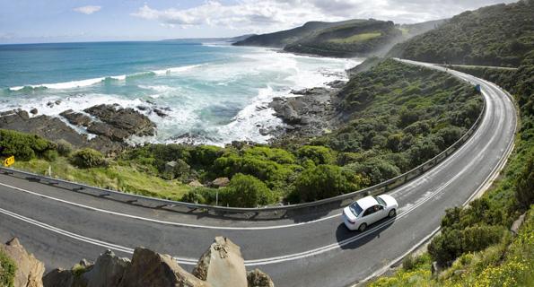 Kurvenreich beschreitet die Great Ocean Road ihren Weg entlang der Südküste von Victoria.