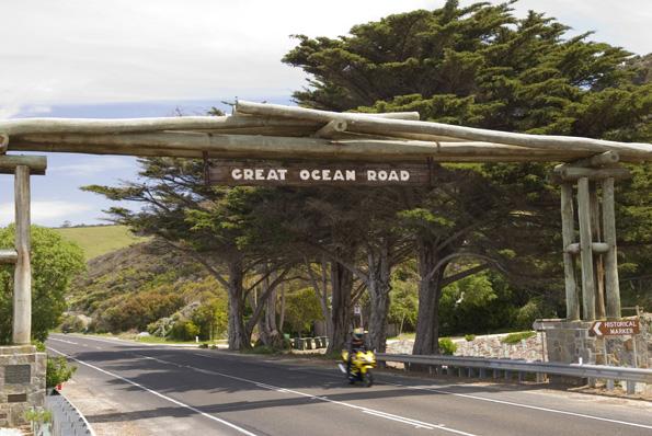 Für Autofahrer ist der Startpunbkt der Great Ocean Road nicht zu übersehen.