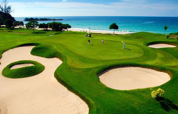 Beim Abschlag auf der Anlage des Ria Bintam Golf Resorts bleibt das Meer im Blick.