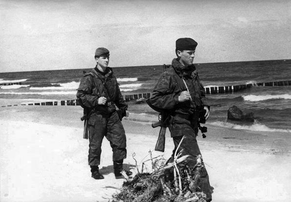 Tagsüber war das Baden am Strand erlaubt, allerdings zogen regelmäßig Zwei-Mann-Patrouillen mit Maschinengewehr und Schäferhund am Strand vorbei. (Foto: Grenzturm e.V. )