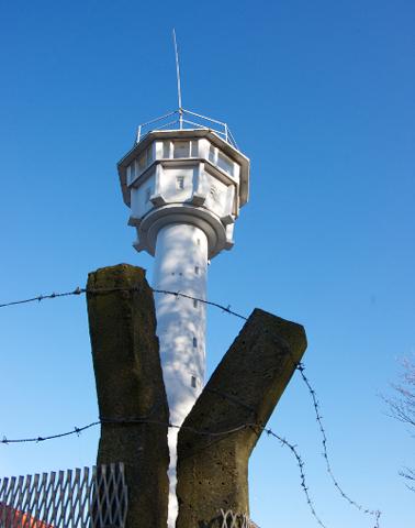 """""""BT11"""" ist ein Grenzturm aus DDR-Zeiten. Zwischen 1973 und 1989 kletterten Soldaten der Grenzbrigade Küste in ihre Kanzel und suchten von dort oben nach Republikflüchtlingen."""