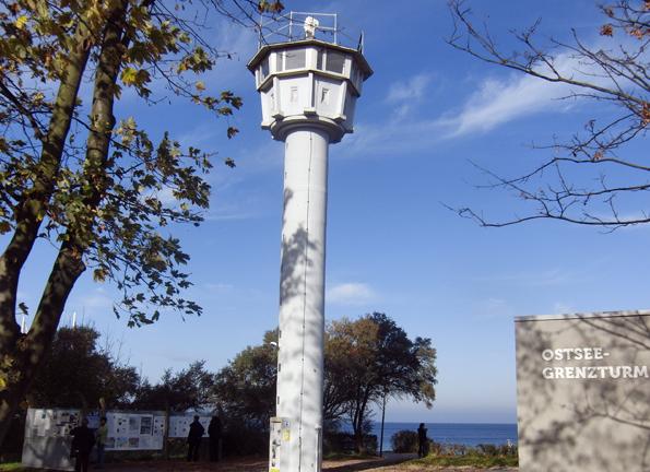 Der Grenzturm steht direkt am Strand von Kühlungsborn. 15 Meter ist er hoch und bietet einen grandiosen Panoramablick auf die Ostsee. (Foto: Grenzturm e.V. )