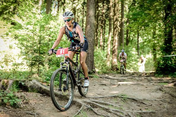 """Impressionen von der """"O-See-Challenge"""": Der internationale Cross-Triathlon im Naturpark Zittauer Gebirge findet in diesem Jahr am 17. August statt. (Foto djd)"""