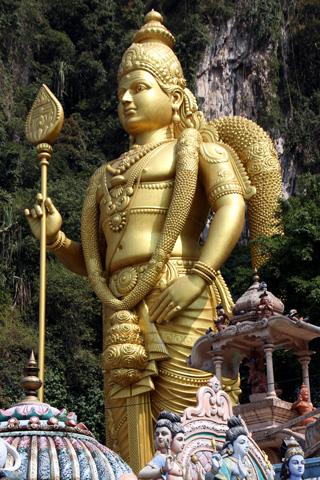 Die weltgrößte Statue des Gottes Murugan ziert den Eingang zu den Batu Caves. (Foto: Karsten-Thilo Raab)