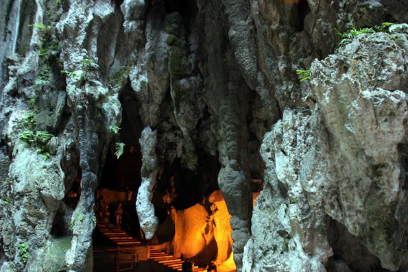 Die Batu Caves bestechen nicht nur durch das hinduistische Heiligtum, sondern auch durch ihre Stalaktiten und Stalagmiten. (Foto: Karsten-Thilo Raab)