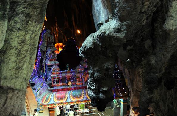 Wie Diskokugeln leuchten die Tempel und Schreine im Inneren der Batu Caves. (Foto: Karsten-Thilo Raab)