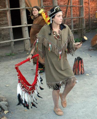 Im Huronen-Dorf von Wendake führen Einheimische täglich im Freilichtmuseum alte Tänze auf. (Foto: Karsten-Thilo Raab)