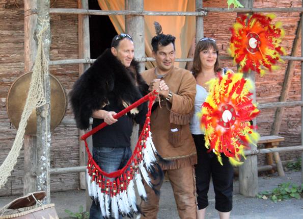 Ein Erinnerungsfoto mit einem Indianer aus Wendake ist für viele Besucher ein Muss. (Foto: Karsten-Thilo Raab)