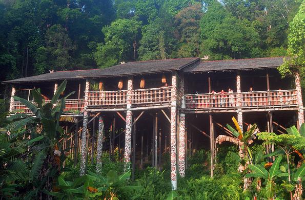 In Sarawak sind auch noch einige der  beeindruckenden Iban Langhäuser zu finden.
