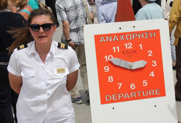 Beim Verlassen des Schiffes werden die Tagestouristen auf die geplante Abfahrtszeit hingewiesen. (Foto: Karsten-Thilo Raab)