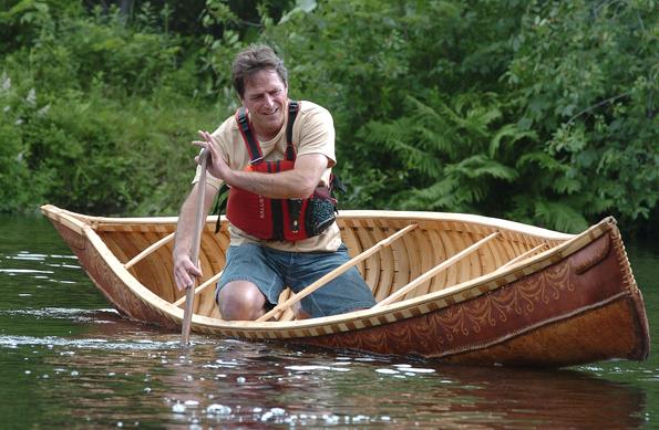 Wer möchte, kann sich in Wendake auch im Umbagng mit einem indianischen Kanu üben.
