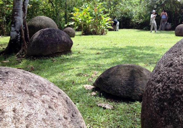 Die berühmten Steinkugeln im Parque de las Esferas de Costa Rica.