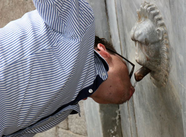 Ein Schluck Wasser aus der heiligen Quelle von Póros soll helfen, Nierenleiden zu lindern. (Foto: Karsten-Thilo Raab)