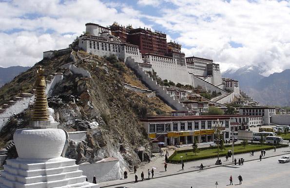 Unweit des  Potala-Palastes  in Lhasa liegt der Start- beziehungsweise Zielpunkt der Himmelsbahn.