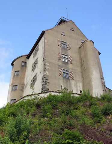 Die Waldburg thront malerisch auf einem kegelförmigen Berg. (Foto: Karsten-Thilo Raab)