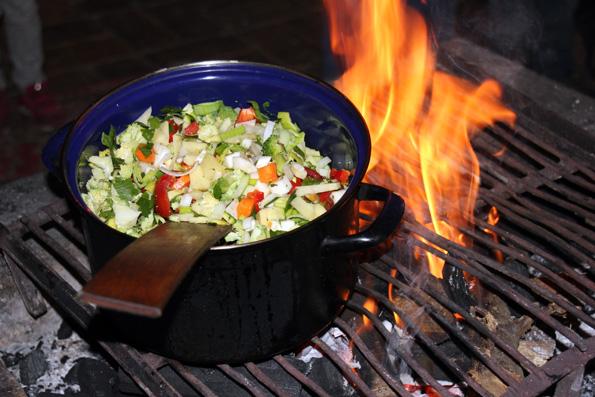 Auf dem offenen Feuer in der Burgküche köchelt die Suppe im gusseisernen Topf. (Foto: Karsten-Thilo Raab)