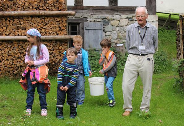 Mit einem Eimer voller Futter ziehen die kleinen Besucher durch das Museumsdorf. (Foto: Karsten-Thilo Raab)