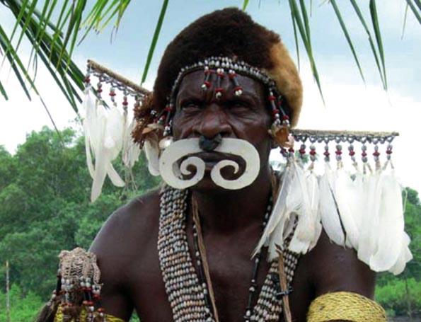 Der Stamm der Asmat hält in Agats in West-Neuguinea jährlich ein faszinierendes Kulturfestival ab. (Foto:  Tanjung Aan)