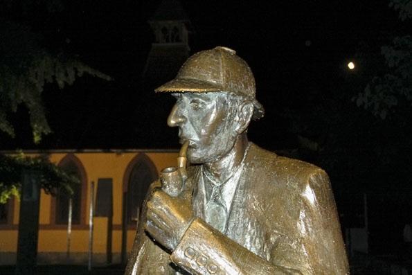 In Meiringen wurde Meisterdetektiv Sherlock Holmes im wahrsten Sinne des Wortes ein Denkmal gesetzt. (Foto: Udo Haafke)