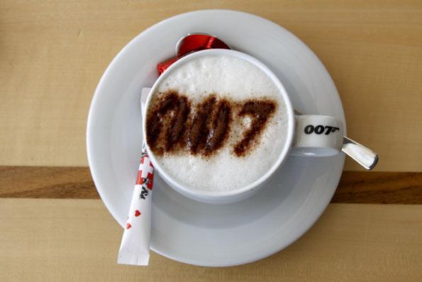 In der Bond-World wird stilechter 007-Cappuccino serviert. (Foto: Udo Haafke)