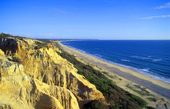 Einige der schönsten und spektakulärsten Küstenabschnitte Portugals finden sich entlang der Halbinsel Tróia.