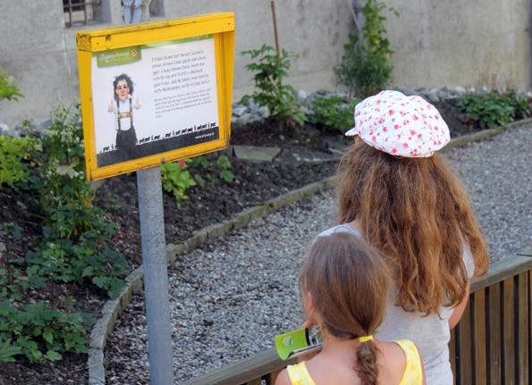 Die im Schwitzer Deutsch und Hochdeutsch  abgedruckten Witze sind auch für kleine Wandersleute gut geeignet. (Foto: Karsten-Thilo Raab)