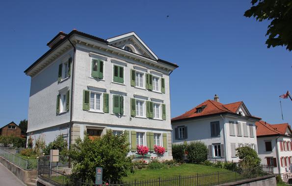 Prachtvolle klassizistische Bauten prägen das Bild im Biedermeierdorf Heiden. (Foto: Karsten-Thilo Raab)