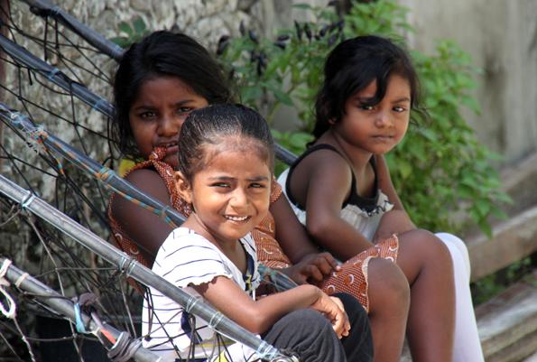 Fröhlich und aufgeschlossen gegenüber Touristen zeigen sich die jüngeren Insulaner auf Hinnavaru. (Foto: Karsten-Thilo Raab)