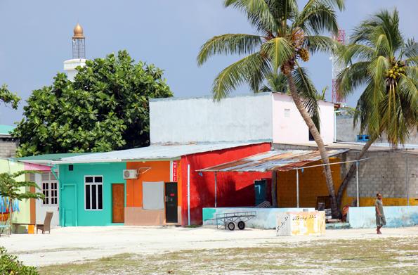 Bunte, einfache Häuser prägen das Bild auf Hinnavaru im Lhaviyani Atoll. (Foto: Karsten-Thilo Raab)