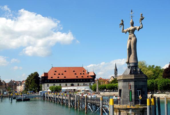 Blick auf den Konstanzer Hafen mit der Imperia und dem Konzil-Gebäude. (Foto: