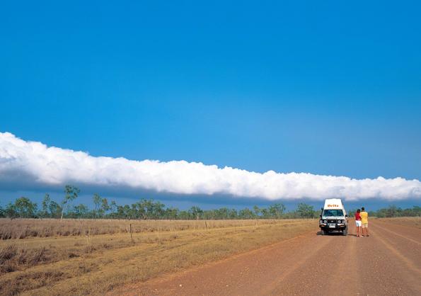 Ein einmaliges Naturschauspiel ist immer im September und Oktober die Wolkenformation Morning Glory über Burketown.