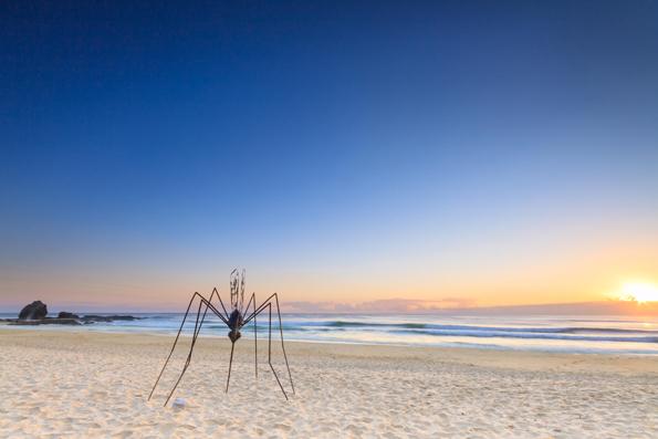 Riesenhafte Mücken aus Metall tummeln beim Swell Sculture Festival am Strand. (Foto: Pawel Papis)