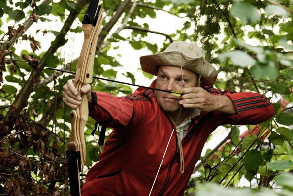 Wie Robin Hood geht es mit Pfeil und Bogen durch den Wald: Nur wer eine ruhige Hand behält, kann die 3D Tierattrapen in fünf bis fünfzig Metern Entfernung auch treffen.
