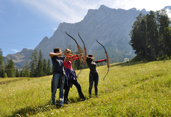 In der Tiroler Zugspitz Arena hat in Ehrwald ein Bogensportparcours eröffnet. Einsteiger und Profi-Schützen können hier auf Tierattrappen-Jagd gehen. (Fotos: Tiroler Zugspitz Arena)