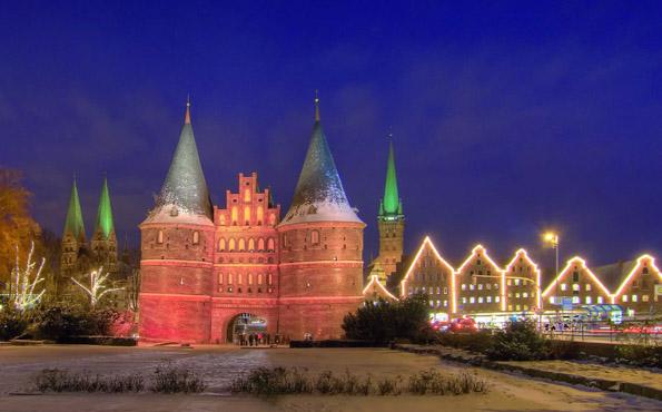 Weihnachtlich magisch: Das Holstentor, das Wahrzeichen von Lübeck, im Advent. (Foto:Bernd Schmidt)