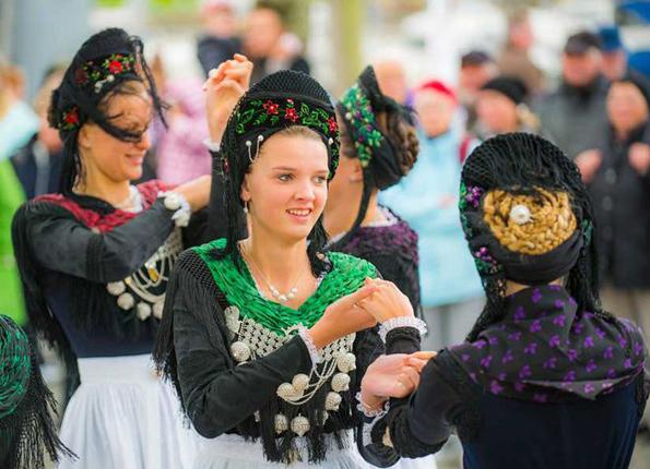 Föhrer Friesinnen tanzen in der Friesentracht auf dem Erlebnishafen im Rahmen von Kurs Foehr.